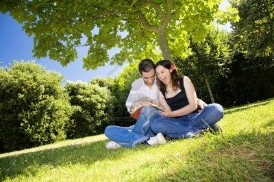 https://leseg.files.wordpress.com/2011/05/feliz-pareja-risa-al-leer-un-libro-en-un-parque.jpg