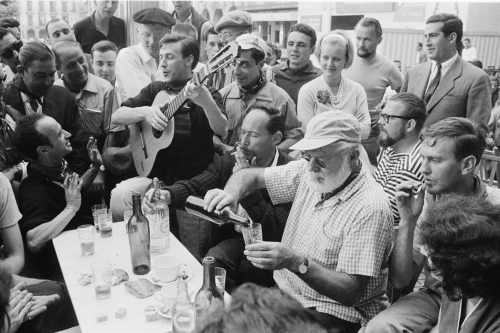 Ernest Hemingway en la Plaza del Castillo. Reportaje de Julio Ubiña para Paris Match 1959