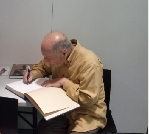 A. López dedicando uno de sus libros a la Biblioteca