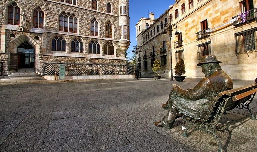 Antoni Gaudí justo enfrente de la Casa de Botines